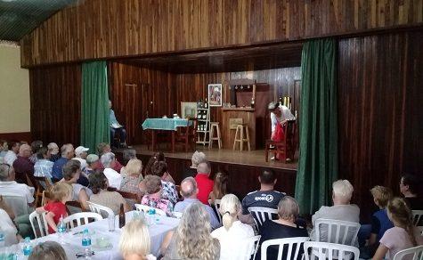 Voller Spiellaune: Theateraufführung begeistert Publikum