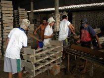 Herstellung von Ziegeln als Projekt der sozialen Eingliederung