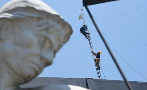 Kein Gehalt: Angestellter besteigt Antenne