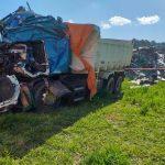 Frontalzusammenstoß von zwei LKW: 1 Toter und zwei Schwerverletzte