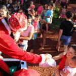 Santa Claus verteilt Weihnachtsgeschenke