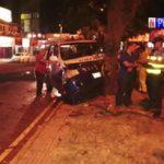 Krankenwagen mit Sarg prallt gegen Baum