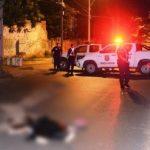 Motorradfahrer ohne Helm prallt gegen Baum und stirbt