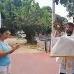 Priester nehmen Hausbesuche vor