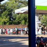 Kolonie Independencia: Große Menschenansammlung vor Supermarkt