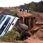 LKW stürzt von Brücke