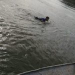 Mit dem Surfbrett über den Fluss um die Grenze zu überqueren