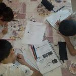 Virtueller Unterricht: Vier Kinder und ein Handy