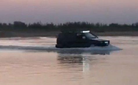Mit dem Auto über den Fluss