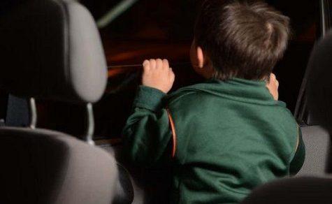 Mutter lässt ihre Kinder über mehrere Stunden im Auto eingesperrt