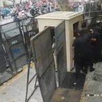 Menschenmenge greift die Botschaft von Paraguay in Argentinien an