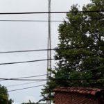 Blitz trifft Antenne und zerstört Elektrogeräte in 10 Häusern