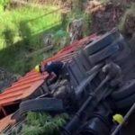 Bremsen versagen: Müllwagen fällt in Fluss