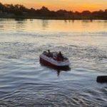 Teenager rutscht aus und stürzt in Fluss