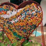 Ein Herz aus Plastikverschlüssen