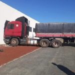LKW macht sich selbstständig und durchbricht Wand einer Fabrik