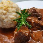 Kulinarik am Deutschen Sportplatz: Gulasch mit Knödel und Kraut