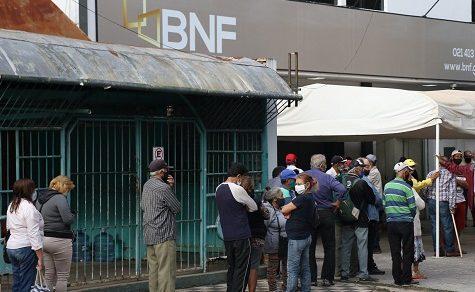 Rentner prangern an, dass Bankkassierer Geld stehlen sollen